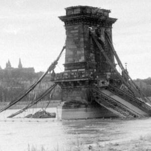 Uno dei ponti sul Danubio distrutti durante l'assedio di Budapest