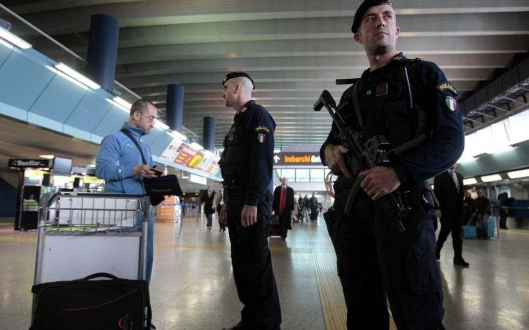 poliziotti fanno controlli di sicurezza all'aeroporto
