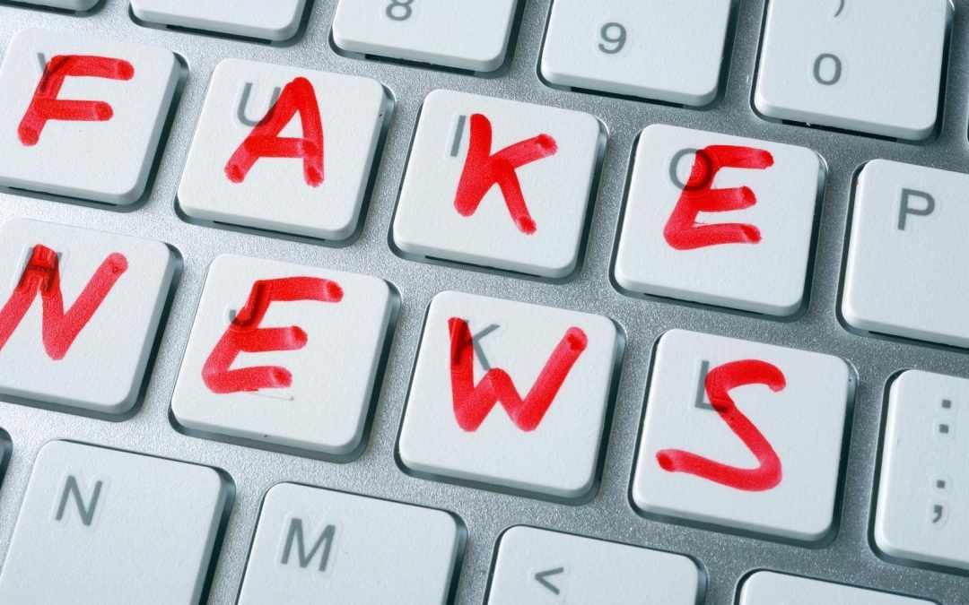 """tastiera di un computer con la scritta """"fake news"""""""