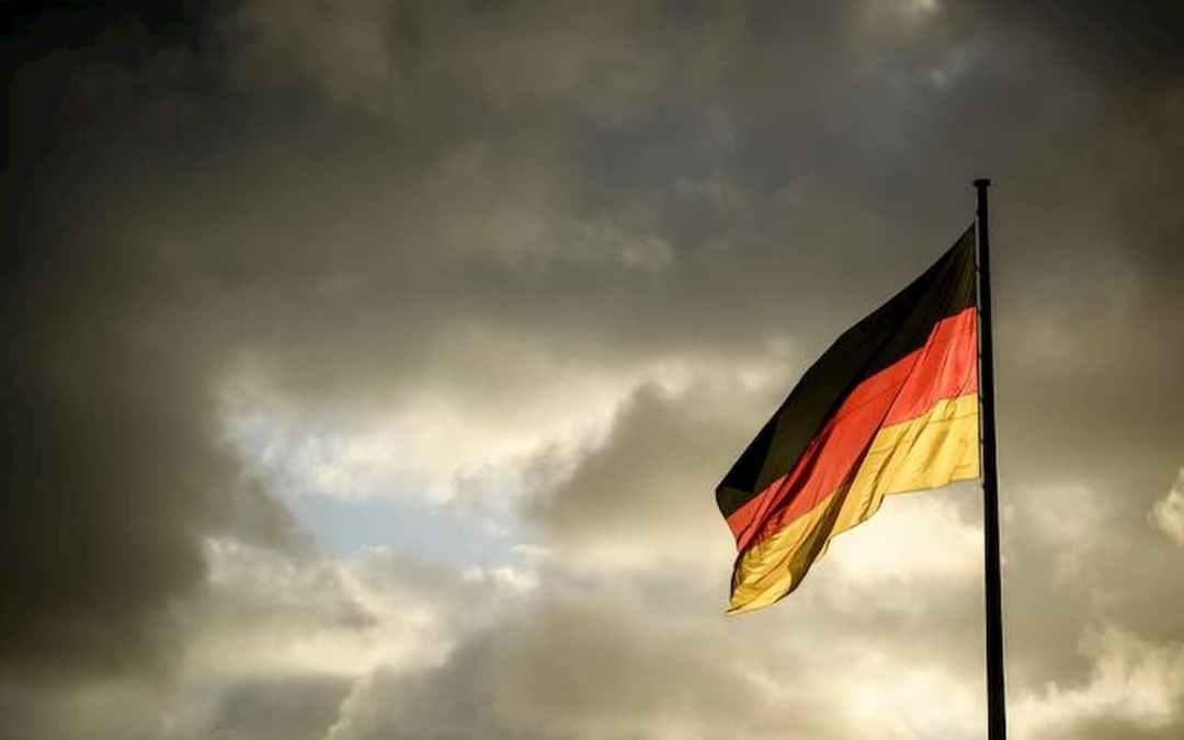 Bandiera tedesca su cielo nuvoloso