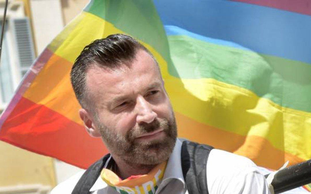 Senatore Alessandro Zan e bandiera arcobaleno