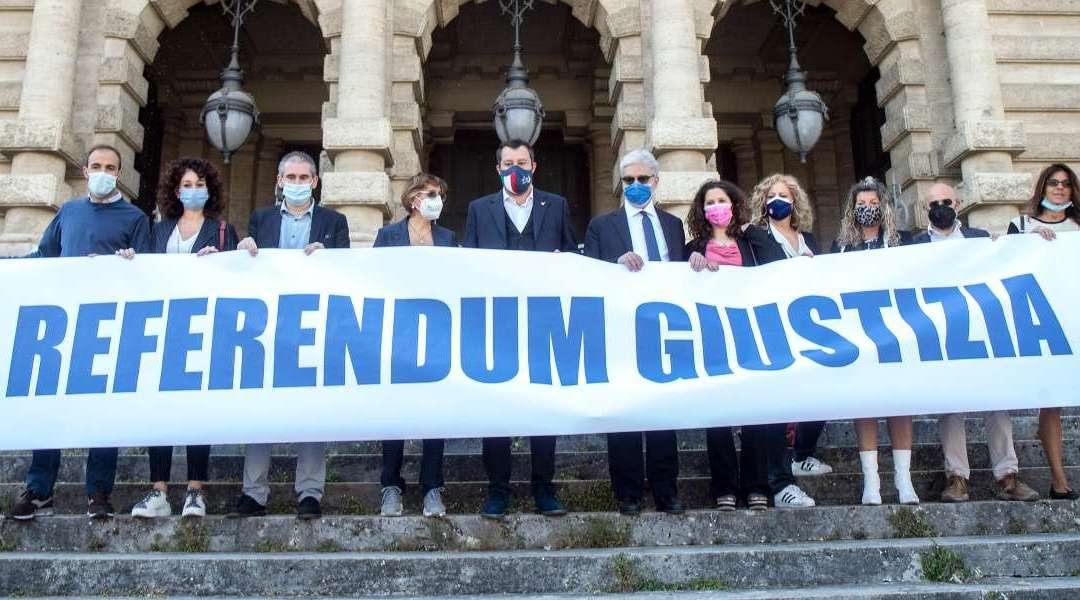 Promotori referendum giustizia 2021 con striscione