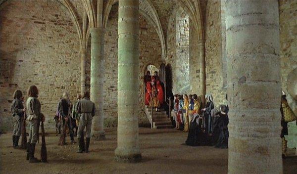 January scende le scale che lo conducono al salone della sua residenza, alle nozze con May