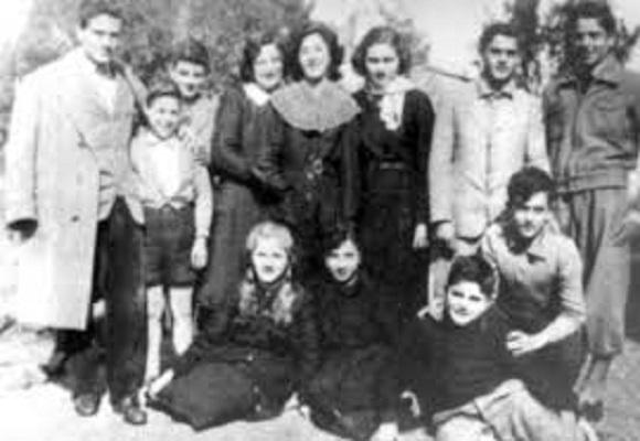 """Pasolini con gli allievi e i colleghi della scuola media """"Petrarca! di Ciampino"""