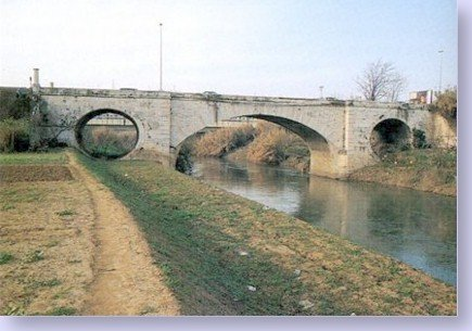 """Ponte Mammolo sull'Aniene. Foto di Carmelo Calci, 1996. da """"Roma oltre le mura"""", 1998, a cura di Carmelo Calci"""