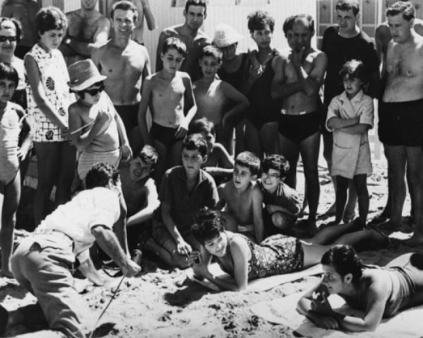"""Pasolini sul set di """"Comizi d'amore"""". Foto di Angelo Novi (Cineteca di Bologna)"""