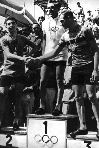 Il ciclista Kapitanov sul podio