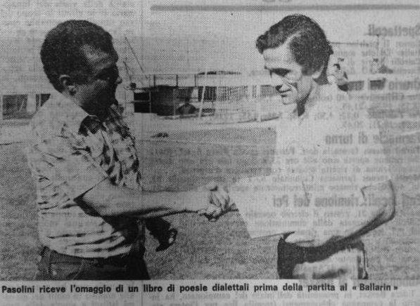 Alberto Perozzi consegna il libro dialettale a P.P. Pasolini