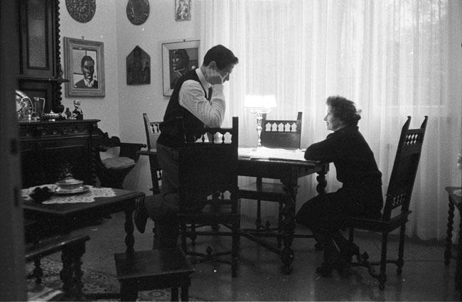Pasolini con la madre Susanna nella casa di via Carini a Roma. Fotografia di Federico Garolla