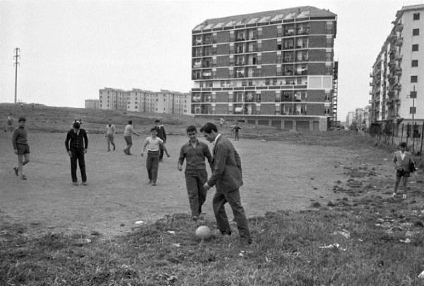 Roma, 1960. Paolo Pasolini gioca a calcio con i ragazzi della borgata romana di Centocellle