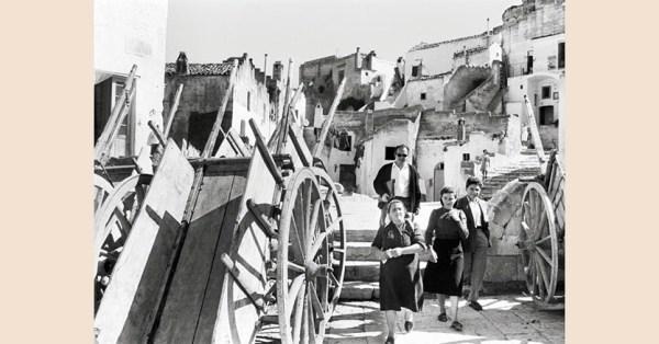 """Matera, 1953, set del film """"La Lupa"""" di Alberto Lattuada. Foto di Federico Patellani"""