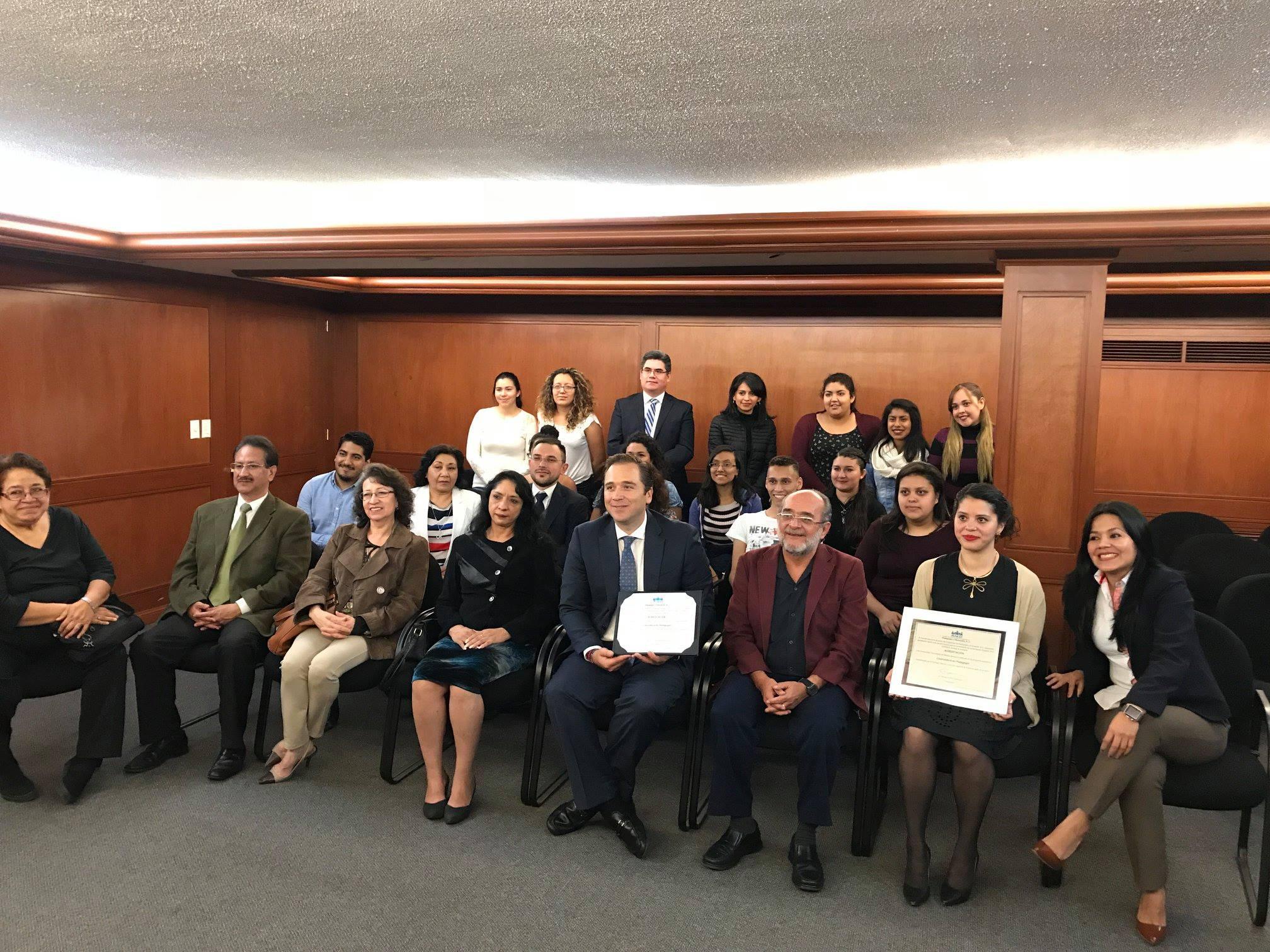 Entrega de acreditación a la Lic. en Pedagogía de la UNITEC