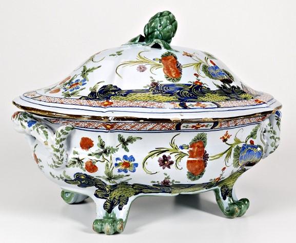 Sopera de cerámica con flores