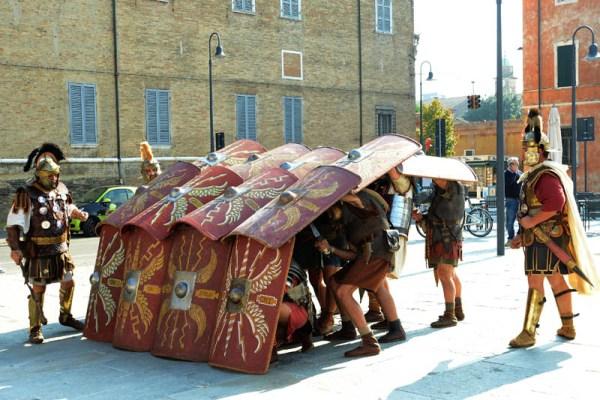 Testuggine di legionari a spasso per Ravenna. Foto di Giuseppe Nicoloro