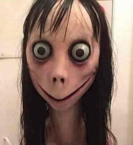 Questa cosa inquietante è Momo. Come vedrete, in realtà si tratta solo di una statua disturbante.