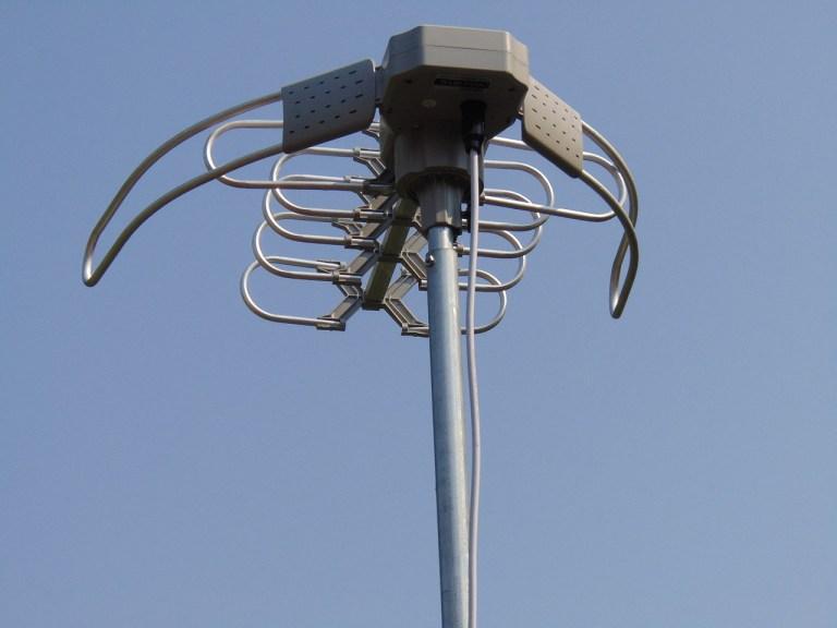 Antena moderna sobre tejado