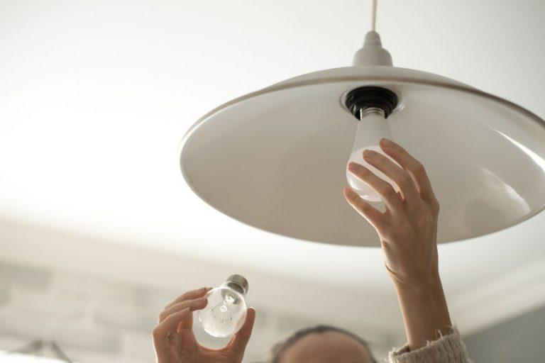 Cambio di una lampadina da incandescente a led