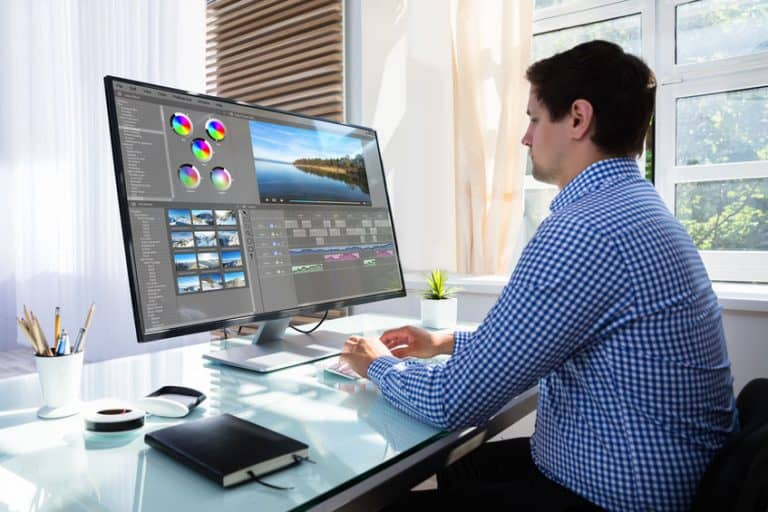 Uomo davanti a un monitor 4K