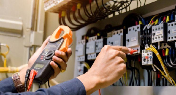 Medidas para reducir los riesgos del trabajo eléctrico según la AISS