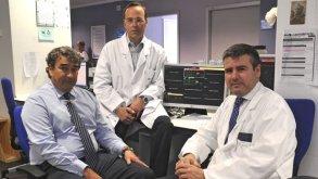 Enrique Rodríguez, Javier Cobiella y Jacobo Silva, del Servicio de Cirugía Cardiaca. (DM)