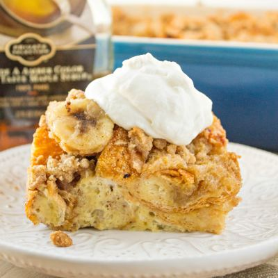 Bananas Foster French Toast Casserole- A yummy breakfast casserole made with french bread, custard, and caramelized bananas and topped with a crunchy crumb topping. Perfect for holiday breakfasts and brunch!