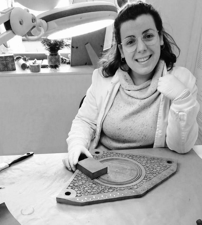 Equip de professionals especialitzats: la Clàudia Ayats és la nostra especialista en restauració d'arts decoratives.