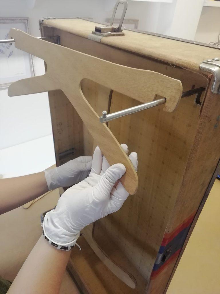 Detall del penja-roba interior de la maleta