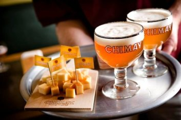 Cerveza Belga Chimay con queso