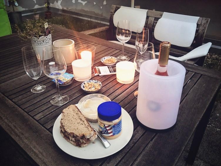 Veganes Rennradfahrer Abendessen: Brot, Erdnussbutter und Erdnüsse.