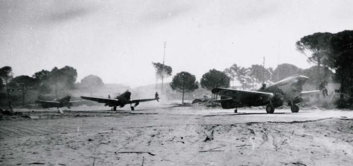 Kittyhawks a pochi minuti dal decollo. Notare l'equipaggio sulla punta delle ali per guidare i piloti nel rullaggio.