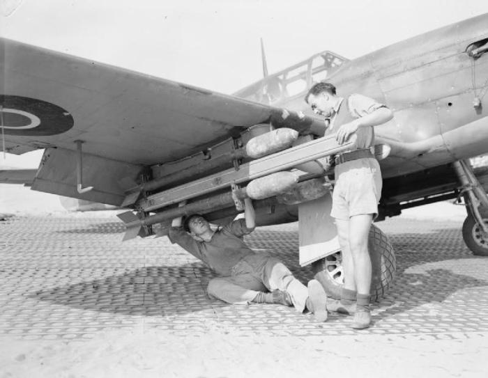 Armatori montano missili da 3 pollici su un North American Mustang Mark III del 260° Squadron RAF.