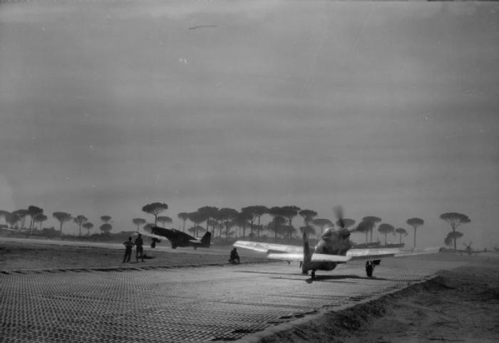 North American Mustang del 112° Squadron RAF, caricati con bombe GP da 500libre, pronto a partire per un volo a sostegno dell'offensiva in primavera dell'8° Armata nella pianura padana.