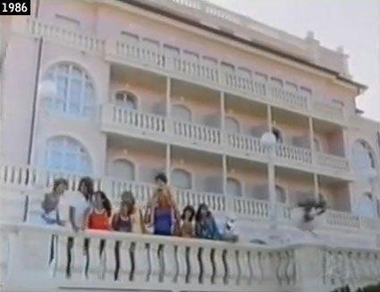 Il gruppo guarda il mare dal balcone