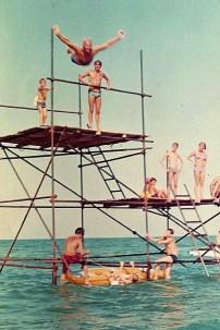 1965, l'impalcatura per i tuffi che si trovava a 500m da riva davanti alla Sesta Traversa. Non era l'unica.