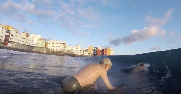 Axel Ogorek disfrutando de las olas en Punta Brava, Puerto de la Cruz.