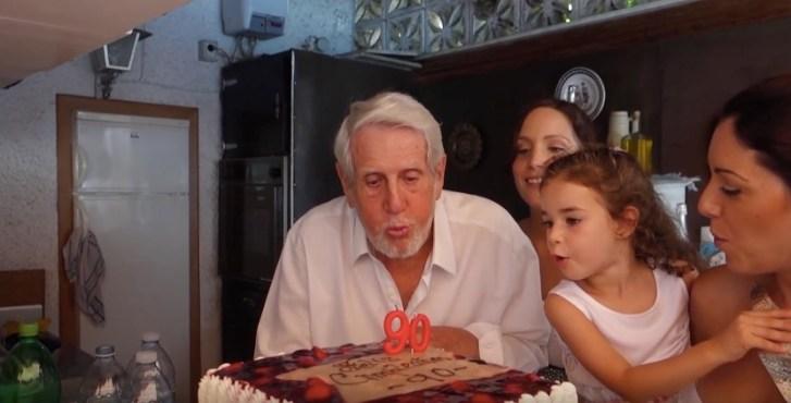 Soplando las velas de su 90 cumpleaños.