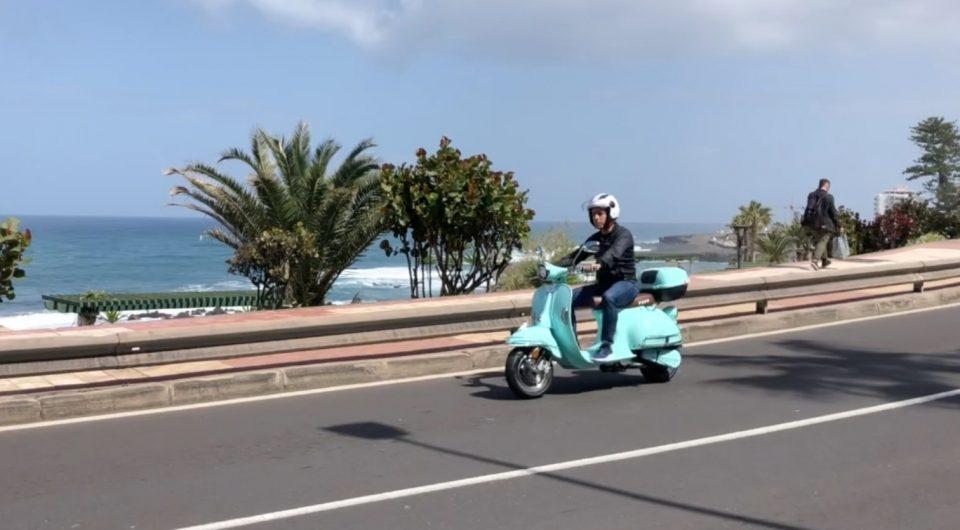 César Sar presenta la moto eléctrica en Tenerife - Brisa Fauro Venice