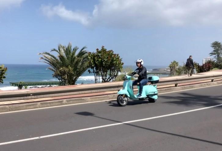 Cesar Sar conduciendo la Venice, moto eléctrica vintage