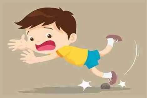Criança tropeçando na pedra