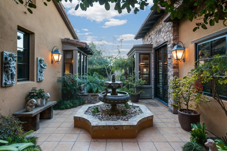 53 Overlook Dr - Cesi Pagano - courtyard