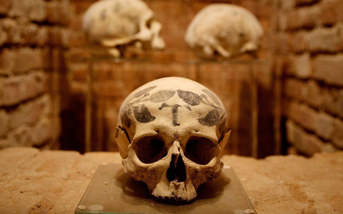 V podzemí kostela byla na počátku devadesátých let objevena a zpřístupněna rozsáhlá kostnice, obsahující kromě pozůstatků stovek středověkých křtinských obyvatel i několik lebek vyzdobených záhadnými ornamenty, jejichž význam se dodnes nepodařilo objasnit. | © Eva Kořínková
