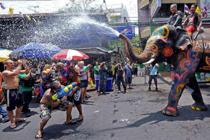 [object object] Nisan Ayında Gidilecek Yerler Tayland Songkran Festivali 678x452