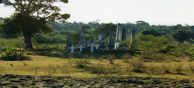 Antanosy_tomb_on_the_road_from_Fort_Dauphin_to_Amboasary