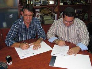 Firma del acuerdo entre la FFCE y Lunapublic.