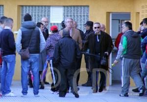 Momento ene l que José Antonio Muñoz abandona el ambigú mientras Oliveira sigue hablanco con la Policía
