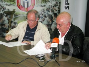 Juan Moreno y José Gil, firmando el convenio de colaboración