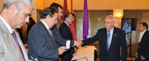 Antonio Olivares recibiendo la insignia de oro de la RFEBM de manos de Juan de Dios Román
