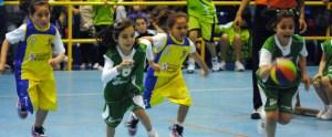 Imagen de un partido de baloncesto de categoría premini