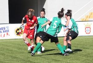 Rubia rodeado por tres jugadoras del Cáceres.