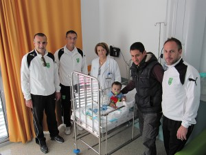 Los integrantes de la escuela de fútbol visitaron el área de pediatría